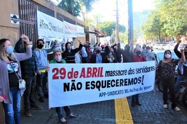 Educadores protestam por condições de ensino e contra demissões de funcionários