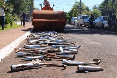 Escapes adulterados de motocicletas são destruídos em Presidente Franco