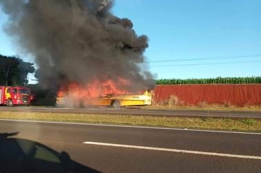Ônibus é assaltado e pega fogo logo em seguida em Santa Terezinha de Itaipu