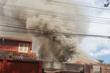 Incêndio iniciado na cozinha destrói residência em Ciudad del Este, no Paraguai