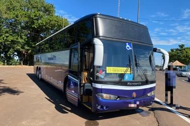 Ônibus de turismo é apreendido com fundo falso recheado de celulares em STI