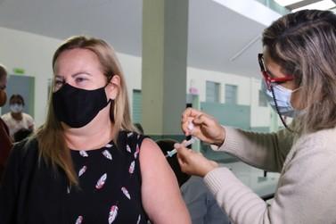 Trabalhadores da educação com 52 anos podem agendar vacinação contra a Covid-19