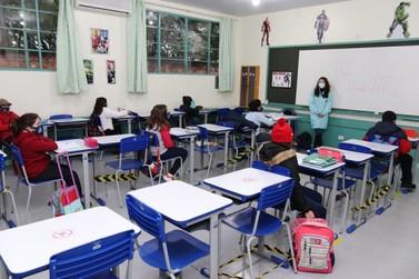 Alunos da rede municipal de Foz do Iguaçu voltam para as salas de aula
