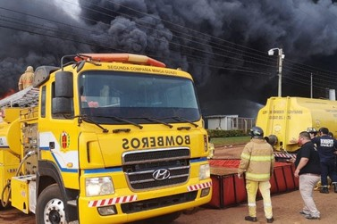 Incêndio de grandes proporções destrói fábrica têxtil em Ciudad del Este
