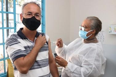 Vacinação contra a covid em profissionais da saúde inicia nesta terça-feira