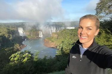 Apresentadora Ana Hickmann curte férias em Foz do Iguaçu com a mãe e filho