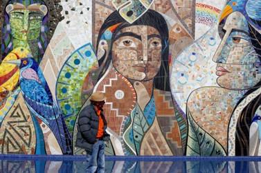 Artista relembra a Lenda das Cataratas em pintura realizada na Praça da Paz