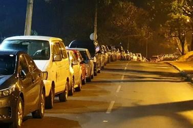 Moradores de Cidade do Leste formam fila de 2 km esperando pela vacina da Covid