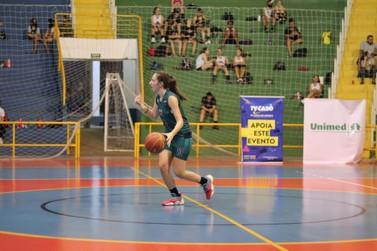 Atletas de basquete de Foz do Iguaçu ganham bolsas de estudos para jogar nos EUA