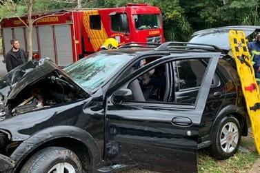 Bombeiros atendem motorista em estado crítico após bater com o carro em muro