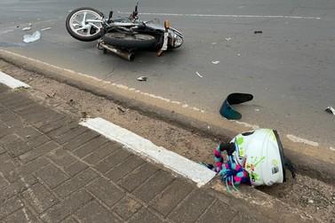 Mulher morre e homem fica ferido após moto bater na traseira de carro na JK