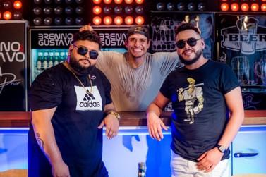 """Dupla Brenno e Gustavo gravam Pocket show """"Resenha do Prior"""", com ex-BBB"""