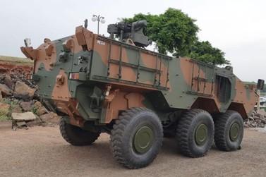Veículo blindado do exército sofre pane no Lago de Itaipu durante treinamento
