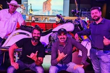 Ator da Record Iran Malfitano conhece o Dreams Motor Show durante viagem
