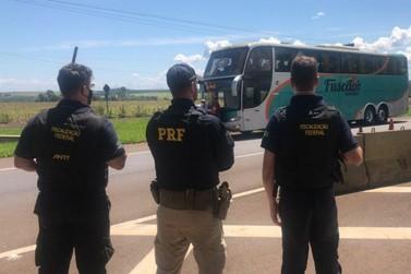 Ônibus com irregularidades é apreendido na BR-277 transportando 40 passageiros