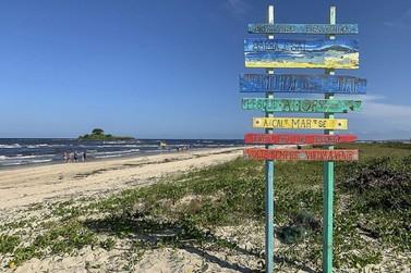 Rio, mar e ilha são as belezas da Barra do Saí, última praia ao sul do Paraná