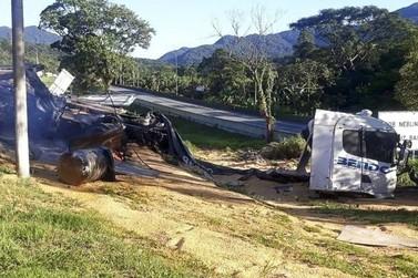 BR-376 fica interditada após caminhão tombar e carreta soltar da cabine