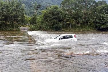 Carro cai no São João após tentar passar pela Ponte Invertida