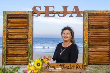 Conheça a artista de Guaratuba que vem encantando com suas obras nas praias