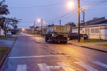 Motociclista fica em estado grave após não ver caminhão estacionado no Piçarras