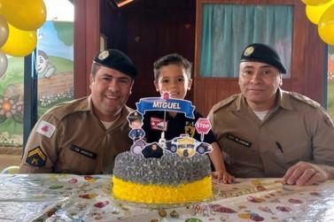 PMs participam de festa de aniversário de menino que tem o sonho de ser policial