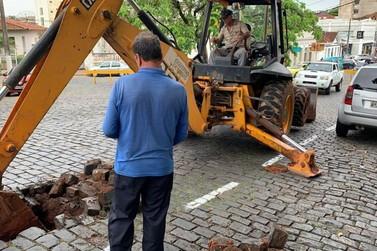Buraco em paralelepípedos interdita rua no centro de Guaxupé.