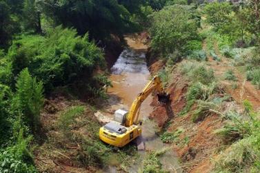 Prefeitura faz limpeza de calha de rio