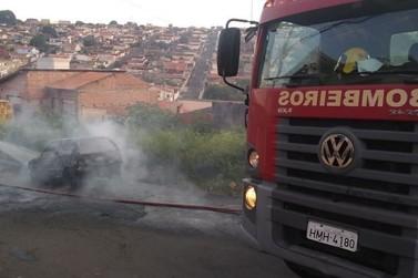 Bombeiros controlam incêndio em carro no Recreio dos Bandeirantes