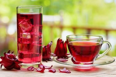 Chá de hibisco tem flavonóides e ajuda a diminuir a gordura abdominal