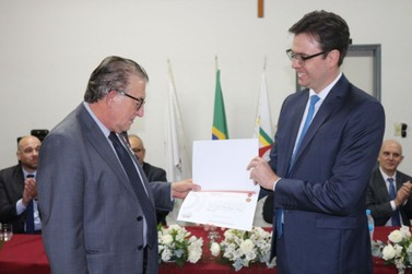 """Juiz Milton Furquim recebe medalha """"Desembargador Hélio Costa"""" em Monte Sião"""