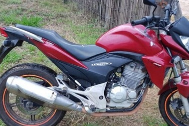 Polícia Militar recupera moto roubada e prende foragido da justiça