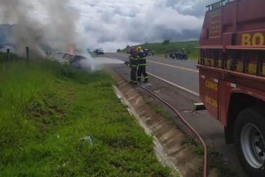 Veículo fica destruído em incêndio no Anel Viário
