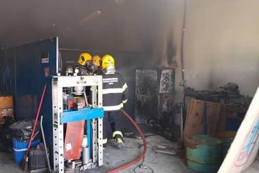 Bombeiros combatem princípio de incêndio em empresa no Polo Industrial