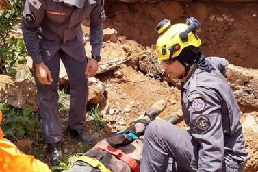 Pedreiro fica ferido em queda de muro de arrimo
