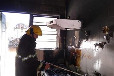 Bombeiros controlam incêndio em residência no bairro Nossa Senhora das Dores