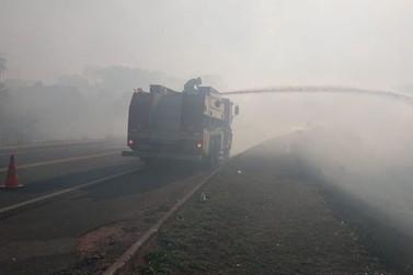 Bombeiros combatem incêndio às margens do Anel Viário