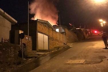 Bombeiros levam 3h para controlar incêndio em residência em São Pedro da União