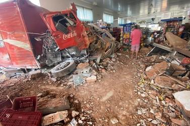 Caminhão perde freio e invade supermercado no centro de Juruaia
