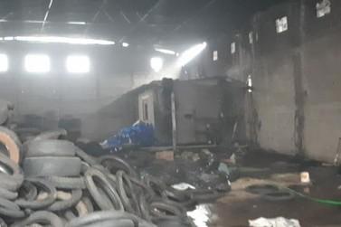 Incêndio destrói depósito de pneus