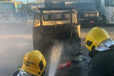 Kombi pega fogo em posto de combustíveis em Guaxupé