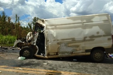 Motorista de van morre em acidente na BR-491