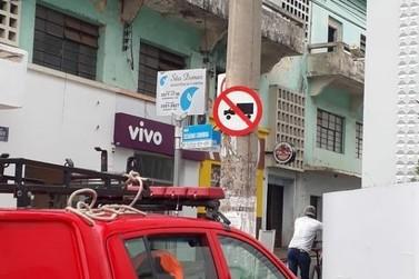 Corpo de Bombeiros retira telhas de clube desativado em Muzabinho