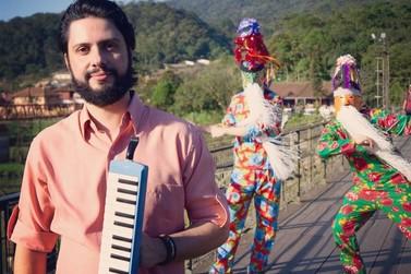 Músico alfenense toca as paisagens da região e Cia. de Reis em disco de estreia