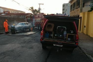 Carro fica parcialmente destruído em incêndio no Jardim São Judas