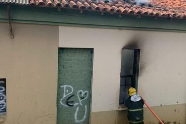 Residência fica parcialmente destruída em incêndio em Guaxupé