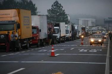 Grupo faz manifesto em apoio à greve dos caminhoneiros na RS-239 e na BR-116