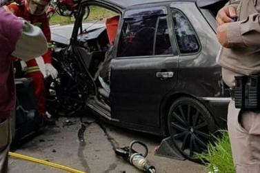 Colisão frontal entre veículos deixa motorista preso às ferragens em Igrejinha