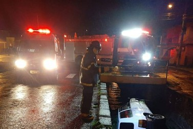 Veículo capota e cai no valão do Arroio Koetz no bairro Viaduto em Igrejinha