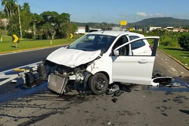 Acidente entre carro e caminhão em Igrejinha deixa óleo derramado na ERS-115