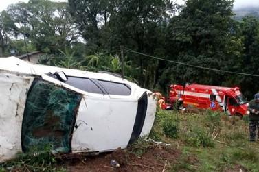 Condutor sai da pista, capota e é arremessado para fora do veículo em Igrejinha